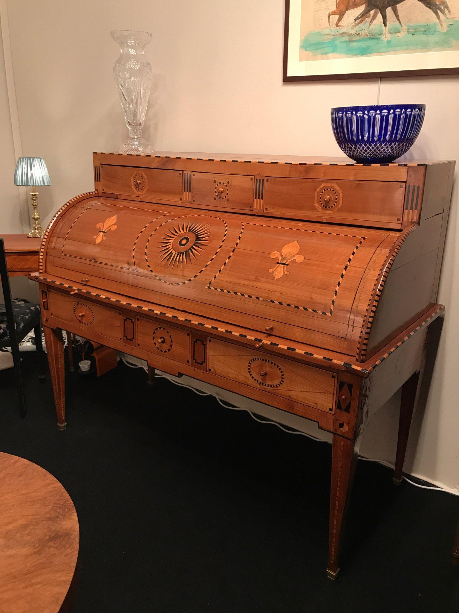 Cabinet de curiosit s salon habitat d co salon des antiquaires for Secretaire meuble habitat